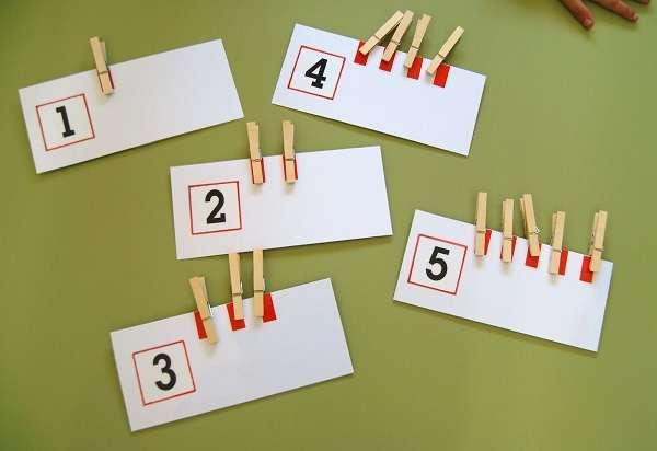 Pinzas en carteles de números